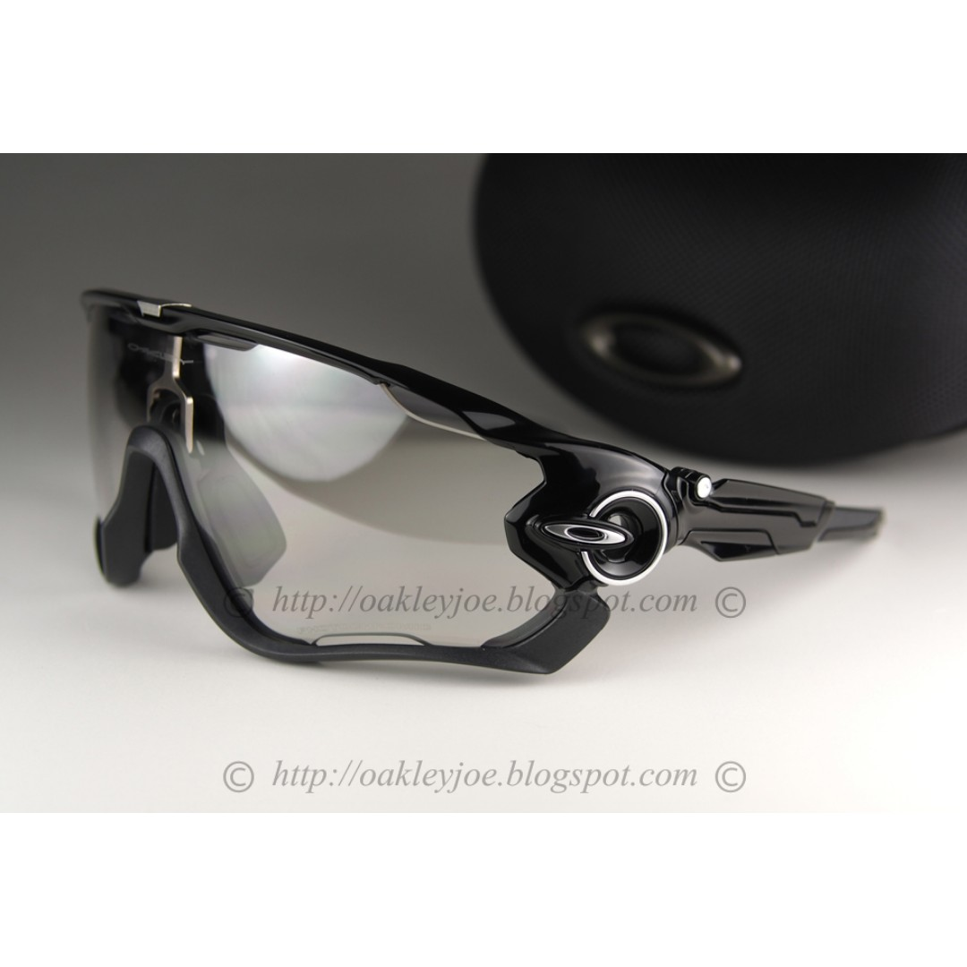 c6b06f1356 BNIB Oakley Jawbreaker black + clear black photochromic iridium ...