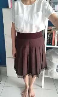 Brown pleated skirt with lace edges