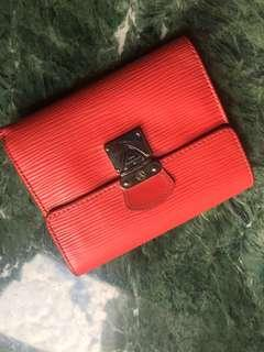 💯real 紅色🌲樹紋銀扣LV 短銀包👀👍🏃♀️🏃♀️🏃♀️💋二手,放相片位有小裂和有些膠水漬,有使用後跡象,👍可SF 到付。