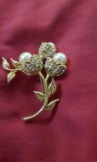 Brooch with pearl n crystals