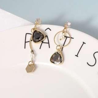 Minimalist Modernist Asymmetric Pearl & Crystal Earrings (Gray)