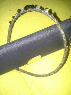 全新金色底黑色水晶閃石頭箍。