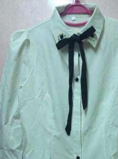 White shirt  白恤衫 領口有黑寶石及白珍珠配襯、 加上黑色絲帶蝴蝶結...非常可愛型格 已經清洗乾淨!香噴噴! (free Size)