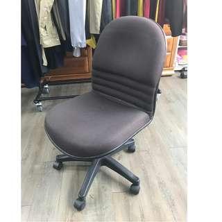 深褐色布面辦公旋轉椅