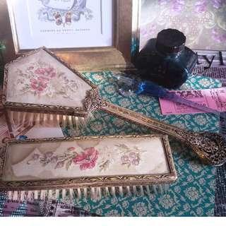 ✨ 英國古董 🌾 英國古董 紅紫色花卉刺繡 銅質鍍金浮雕包邊毛髮梳 / 衣物刷 兩件套裝 ✨