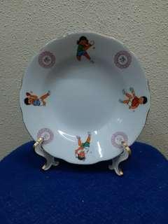 實屬少見! 記念乒乓外交而在70年代由湖南省生產的瓷盤。20公分的正宗文革遺物帶有四個兒童打乒乓和鍛煉身體字體。底款「中國株洲」。 香港或國內絕對少見,偶爾在國內地攤碰到,但圖案、字體均嚴重掉色或磕裂。這個瓷盤漂亮至極,猶如新品。