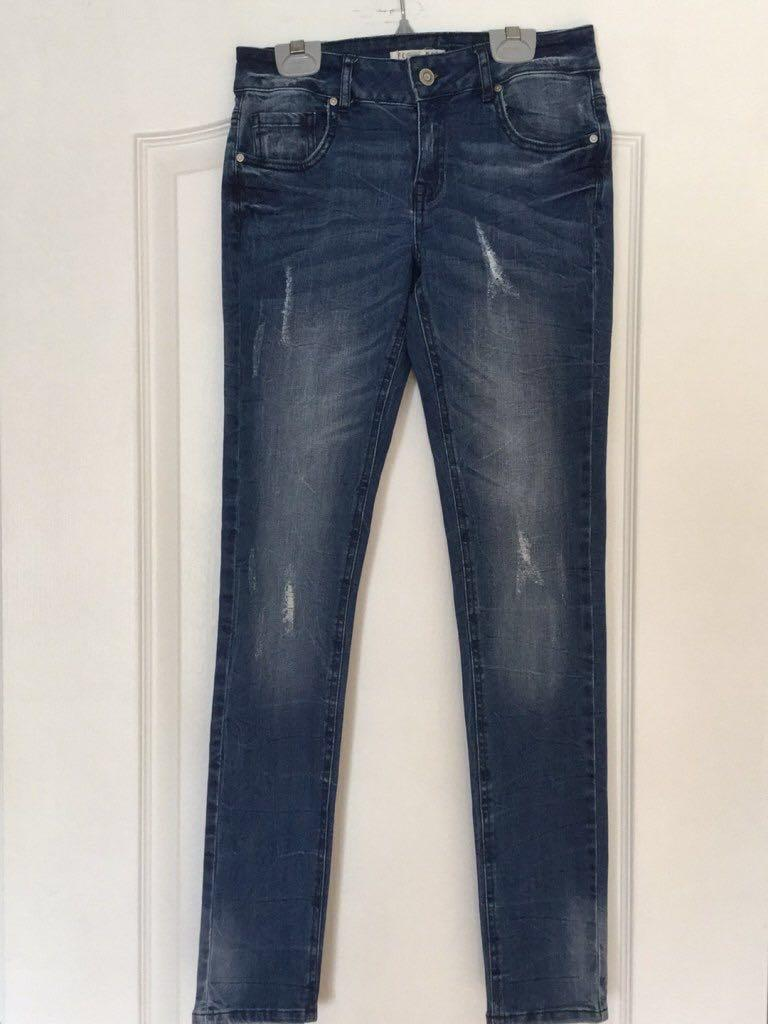 Forever 21 Blue-washed low waisted skinny jeans. Size 25. New. Never worn.