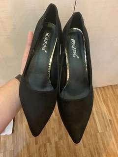 Large size girl pointed black high heels