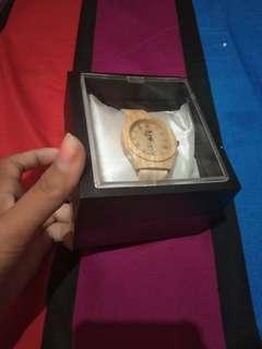 Jam tangan motif kayu.  Baru di beli blm prnh di pakai