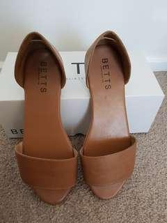 BETTS brown tan leather flats sandals size 8 EUC