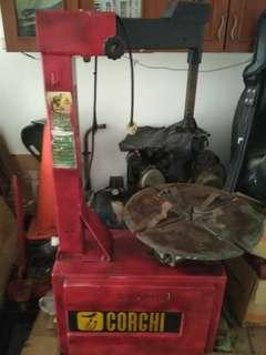 Mesin Pembuka dan Pemasang Ban Mobil