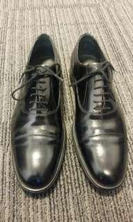 Black Tod's Oxford Shoes. Rubber sole.
