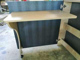 Meja dan rak buku