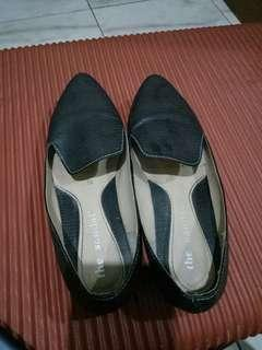 The sandals flat shoes