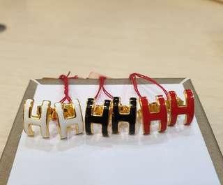 916 gold H earrings