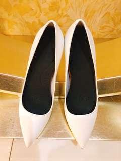 白色高跟女鞋(全新,38偏大)