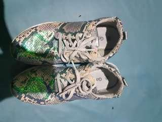 Sepatu jalan