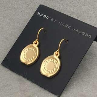 ✈️✈️✈️✈️✈️✈️✈️✈️✈️✈️✈️(本店將於11/12/2018-17/12/2018暫停營業1週旅行,包括寄貨及回覆詢問,如閣下對產品有興趣,請於18/12/2018之後再私訊我們,謝謝🙏) 🎈🎈🎈🎈🎈🎈🎈🎈🎈🎈🎈 Marc Jacobs Sample Earrings 金色印章吊墜耳環