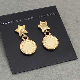 ✈️✈️✈️✈️✈️✈️✈️✈️✈️✈️✈️(本店將於11/12/2018-17/12/2018暫停營業1週旅行,包括寄貨及回覆詢問,如閣下對產品有興趣,請於18/12/2018之後再私訊我們,謝謝🙏) 🎈🎈🎈🎈🎈🎈🎈🎈🎈🎈🎈 Marc Jacobs Sample Earrings 米白色配金色星星耳環 耳環表面有輕微印刷不良