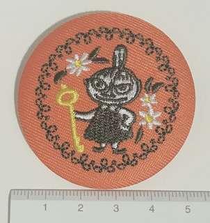 🚚 Moomin cafe嚕嚕米餐廳商品店亞美小不點刺繡別針,盲包