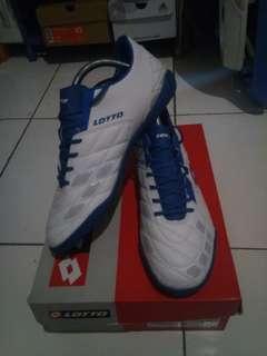 Sepatu futsal LOTTO Squadra ori size 43.