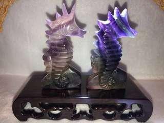 🌲聖誕跨年☃️優惠-瑩石原礦雕刻兩隻海馬型超強👍🏻彩虹🌈效應🤩附木底座擺件(快閃價)