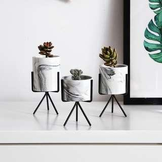 🚚 Marbled print flower pots with stands