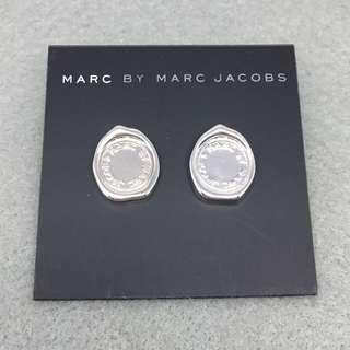 ✈️✈️✈️✈️✈️✈️✈️✈️✈️✈️✈️(本店將於11/12/2018-17/12/2018暫停營業1週旅行,包括寄貨及回覆詢問,如閣下對產品有興趣,請於18/12/2018之後再私訊我們,謝謝🙏) 🎈🎈🎈🎈🎈🎈🎈🎈🎈🎈🎈 Marc Jacobs Sample Earrings 銀色印章耳環