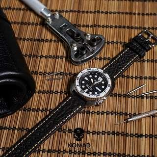 🚚 Quick Release Modern Leather Watch Strap in Distressed Black