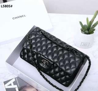 Chanel Maxi Classic Bag Include Box Chanel L5805#21  Bahan Faux Calfskin Leather Dalaman Pu Leather Maroon Black Tone jewellery Kwalitas Semi Premium AAA Aslinya di jamin mantap  Tas uk25x8x16cm Berat dengan box 1kg  Warna ; -Black Seri 6pc  Harga @280rb