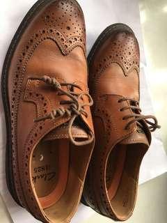 Clarks 中童或腳細皮鞋