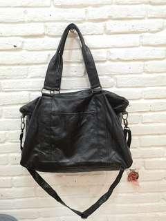 Tas besar hitam