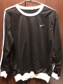 Nike翻玩大學t