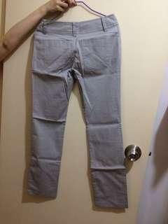 淺灰色西褲