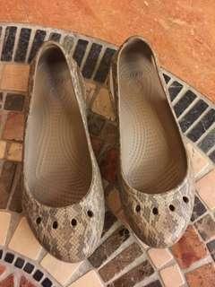 🚚 crocs 平底鞋