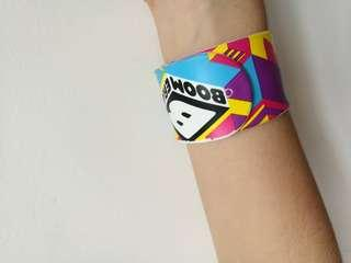 Boomerang wrist band