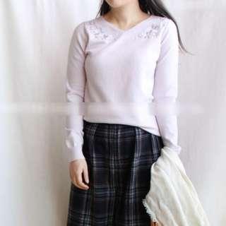 粉紫色 氣質小V領精緻刺繡針織衫 手感滑順舒適