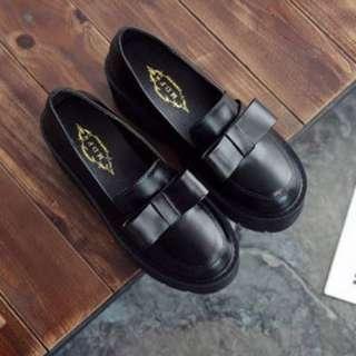 【現貨+預購】AT - 女品(0878):皮革*厚底鞋/女鞋(尺寸:35-39碼/高度:約8公分/防水台:約4.5公分/重量:約0.8KG)_免運。