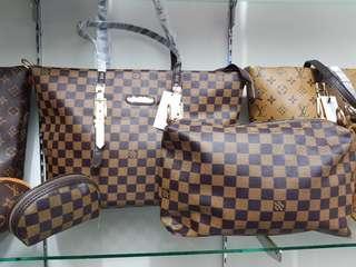 New set LV tote bag, pouch besar dan pouch koin kecil.Kualitas tas dan bahan super bagus.Ada long strap bisa diadjust.Very recomend dijamin