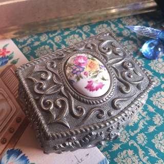 ✨ 日本古董 🌾 精美雕花圖騰 花卉戒面裝飾 鍍銀內襯絲絨墊 四足首飾箱 寶箱 ✨