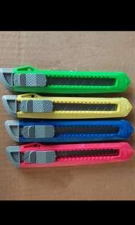 美工 工具 鎅刀 20元4把 (顏色隨機)