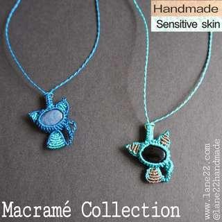 Macrame Cat necklace handmade. Adjustable length, sensitive skin suitable. // Macramé blue pendants