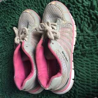 Sepatu olahraga / sport shoes / sneakers