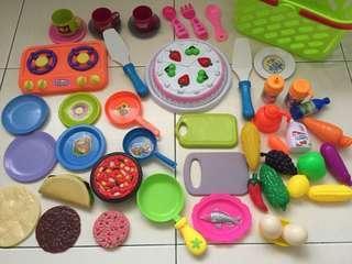 Kitchen set & playfood in basket