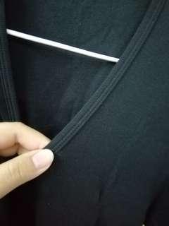 🚚 全新 有實穿 UQ黑色V領棉T