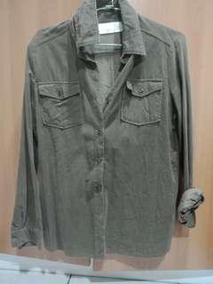 灰綠色襯衫 偏絨的材質