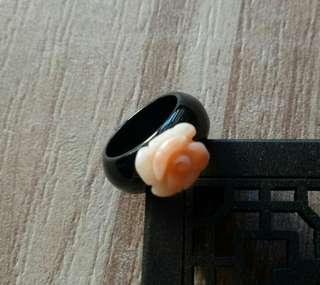 🚚 【臻品翡翠】天然黑玉隨,珊瑚花朵戒指