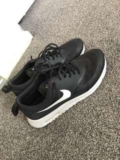 Nike Thea's