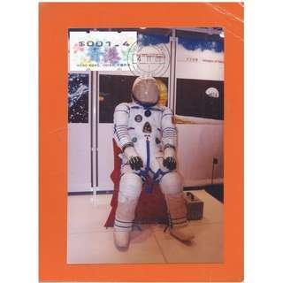SHENZHOU 5A-07,相片,2003年神舟5號在香港科學館展覽-航天飛行展-宇航員模型(直),左貼紫荊花票-GPO1