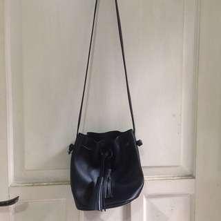 Sling bag hitam/tas serus/bucket bag/tas serut min*so/tas miniso